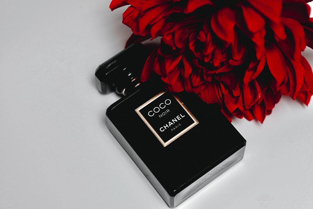 profumo nero e fiori rossi