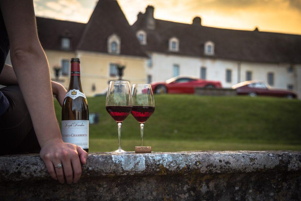 Castello francese e donna con bicchiere di vino