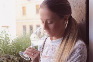 Ragazza che annusa bicchiere di vino