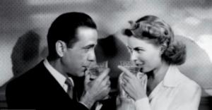 Due attori famosi che bevono vino