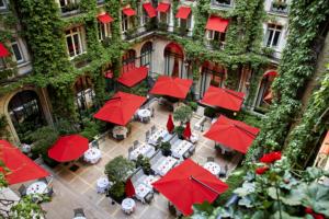 Cortile interno di un hotel con ombrelloni rossi