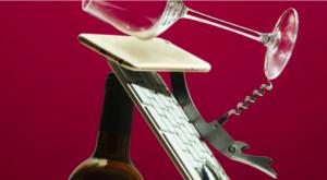 Bottiglia, bicchiere, tablet, smartphone