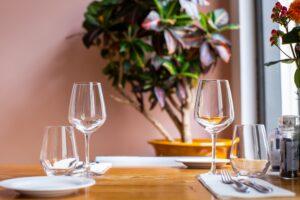 tavolo con bicchieri da vino