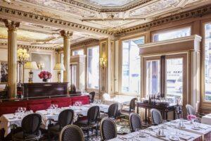 Locale storico di Parigi con soffitti decorati e vetrate