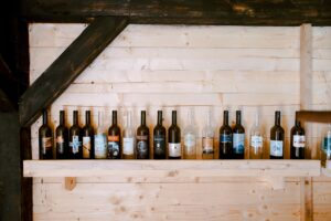 Bottiglie di vino su una mensola