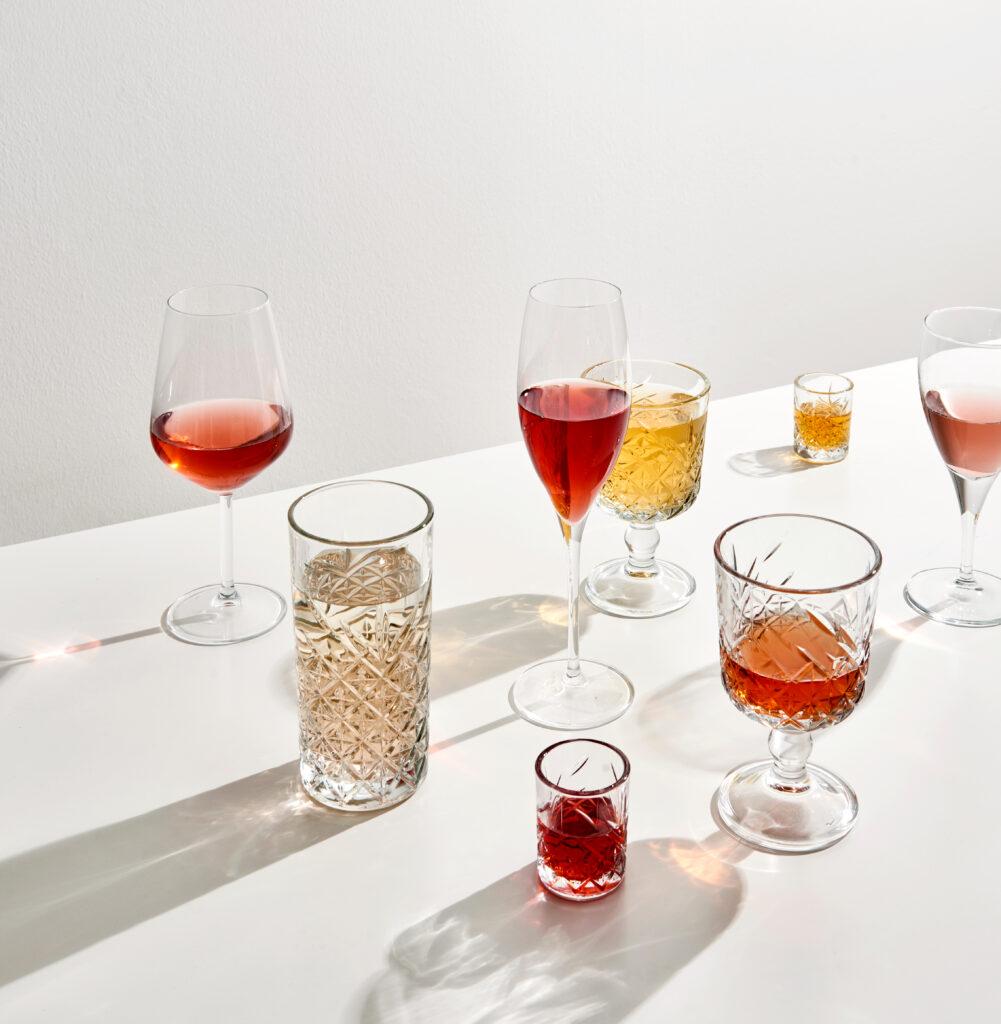 Bicchieri di diversa forma con vini diversi