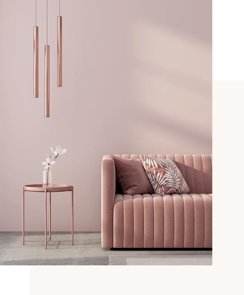 Divano rosa e lampadario pendente