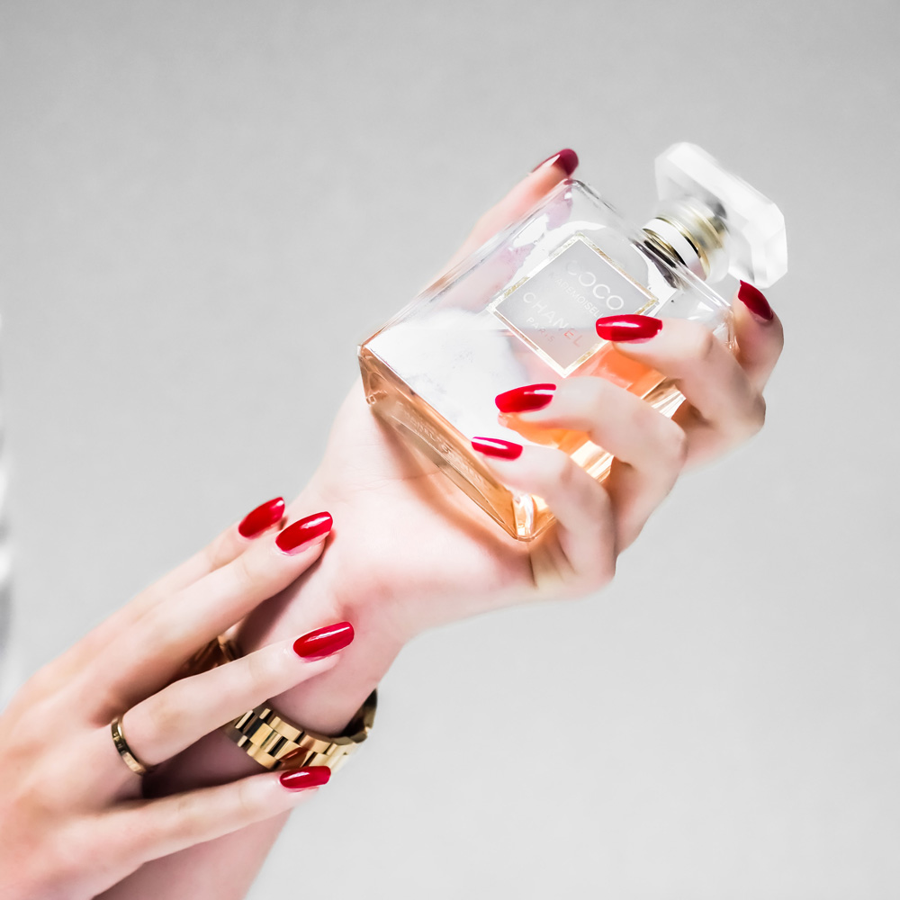 Donna con bottiglia profumo